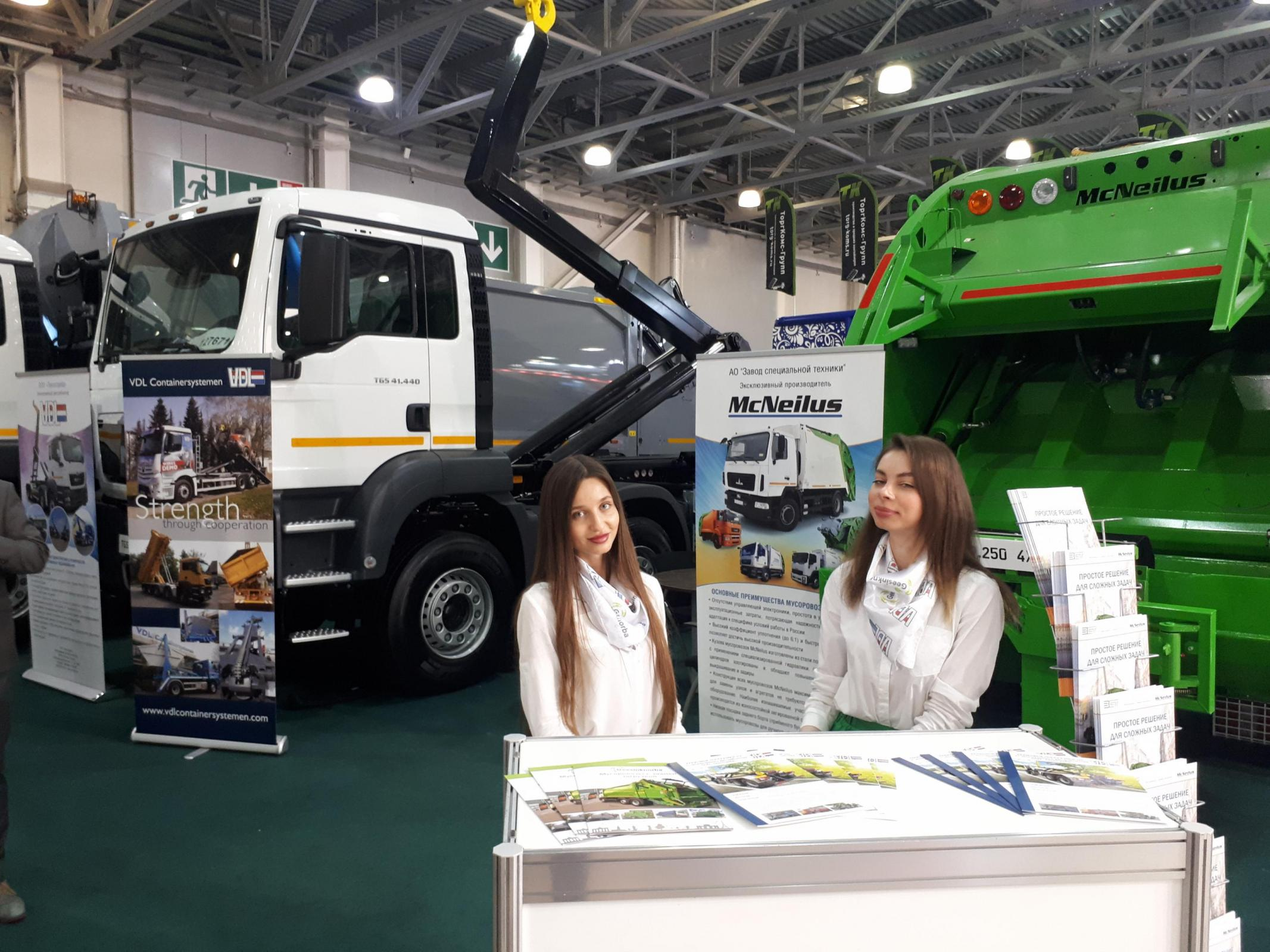 VDL-hooklift-at-stand-of-Cavag-TechnoTrade-at-WasteTech.jpg